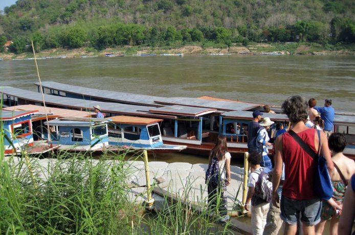 Barcas hacia las cuevas Pak Ou