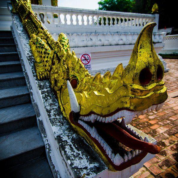 Serpientes Naga del templo Haw Pha Bang