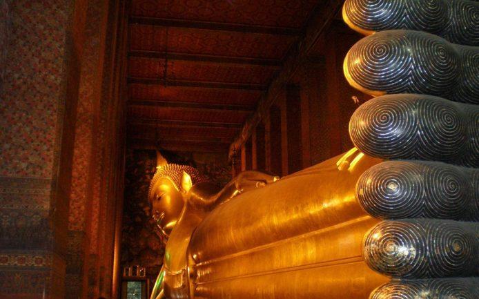 Ver el buda reclinado en Bangkok