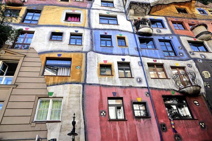 Acércate a las Hundertwasserhaus de Viena