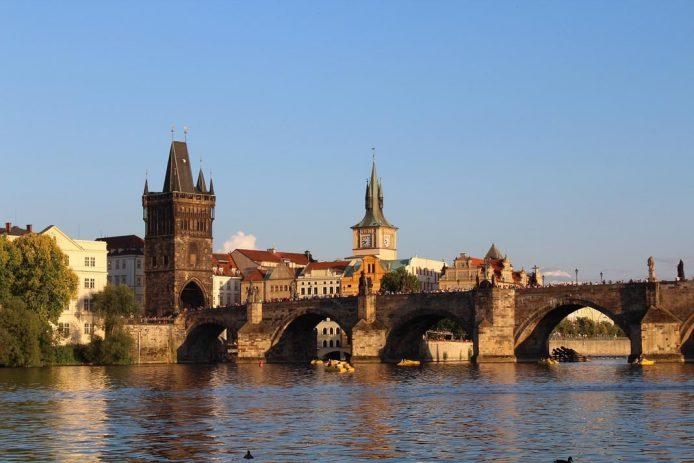 Cruzar el Puente de Carlos en Praga