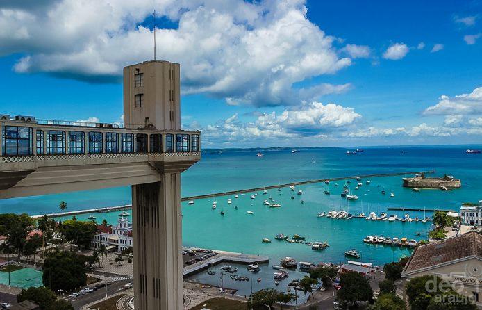 Sube en el elevador Lacerda de Salvador de Bahia