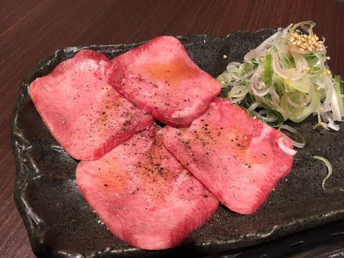 Comer Yakiniku, plato popular de Tokio