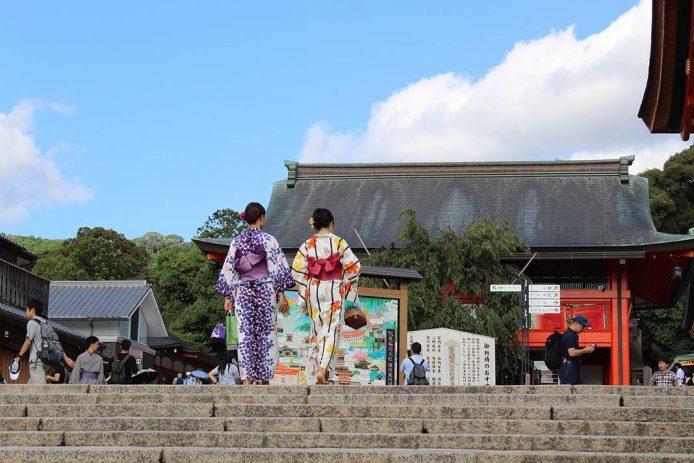 Pasear por las calles de Kioto con el kimono puesto de geisha