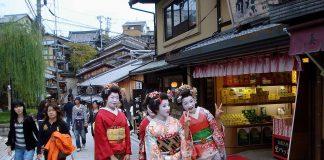 Pasea por la calle de geishas Pontocho de Kyoto