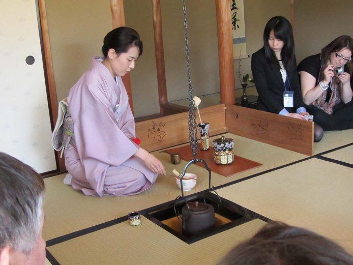 Participar en una ceremonia del té tradicional en Kyoto