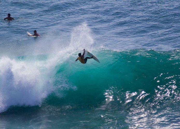 Practicar surf en Bali