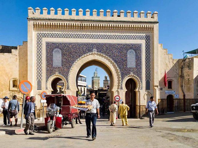 Cruzar la puerta Bab Bou Jelou en Fez