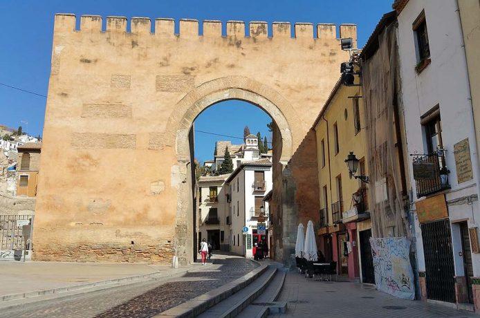 Pasar por la Puerta Elvira de Granada
