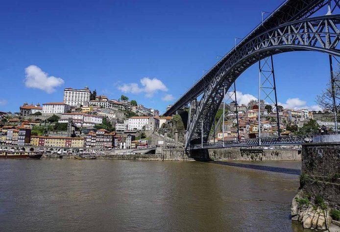 Cruza el puente de Luis I en Oporto