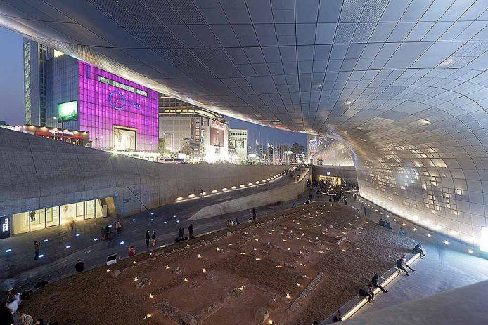 Ver una exposición en el Dongdaemun Design Plaza
