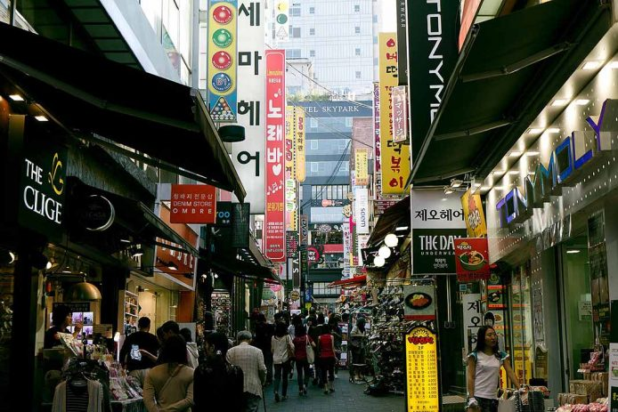 Comprar cosméticos en la zona de Myeongdong, Seúl