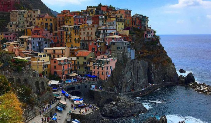 Pasea por el puerto de Manarola en Cinque Terre
