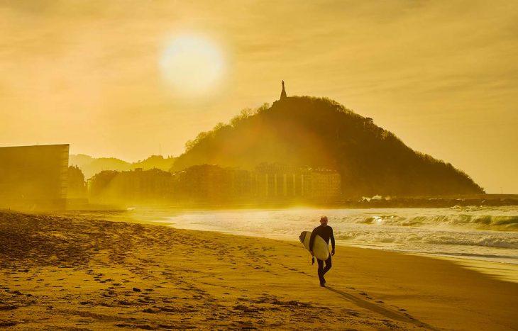 Playa de Zurriola, popular para hacer surf