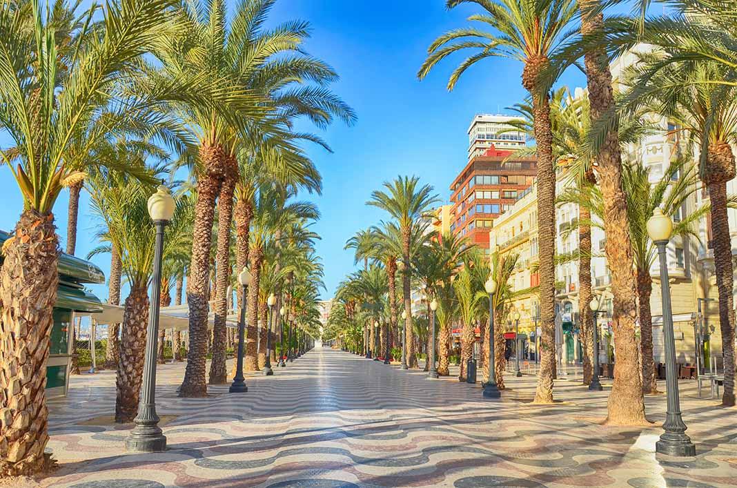 Pasear por la Esplanada de Alicante
