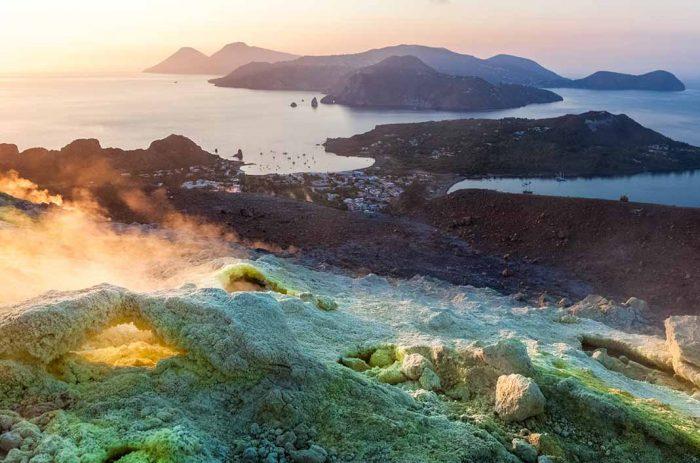 """Navegar por el archipiélago de las """"siete hermanas"""", las Islas Eolias de Sicilia"""
