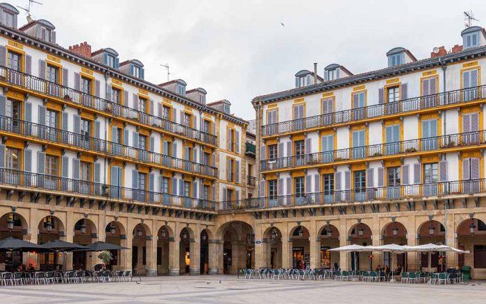 Cosas para hacer en San Sebastián: tomar un café en la Plaza Constitución