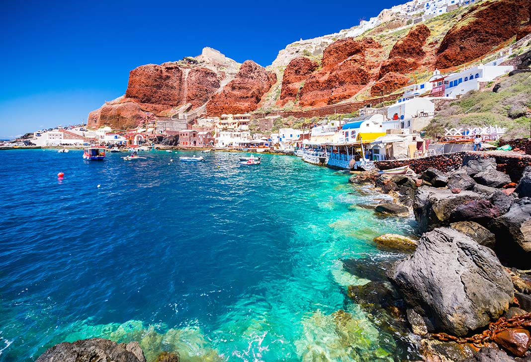 Adéntrate en la paleontología en el museo de Minerales y Fósiles Como todas las islas griegas, Santorini tiene prolífica historia a sus espaldas, a la que te puedes adentrar visitando museos como el de los Minerales y los Fósiles. Ubicado en Perissa, expone una extensa colección de fósiles y minerales provenientes de Grecia y también de otros países, algunos de los cuales tienen más de 1.500 millones de años. Sin duda, un espacio de lo más curioso y un imprescindible que ver en Santorini para los viajeros con más inquietudes culturales.