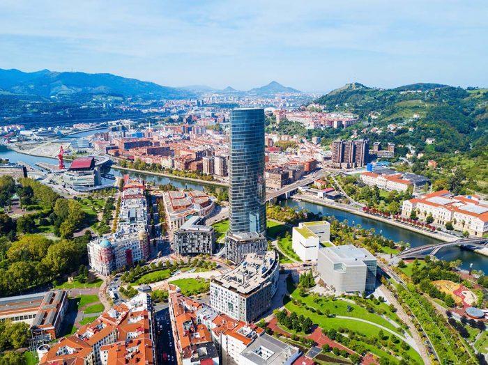 Navegar por las aguas de Nervión para conocer Bilbao