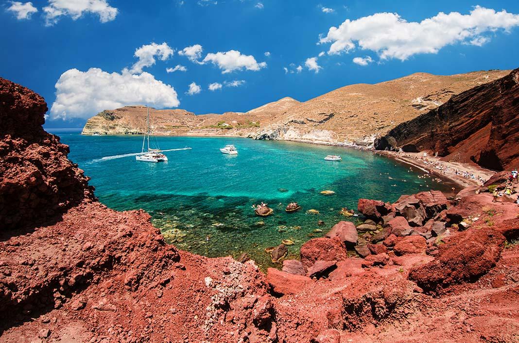 Zambúllete en Red Beach de Santorini, Grecia