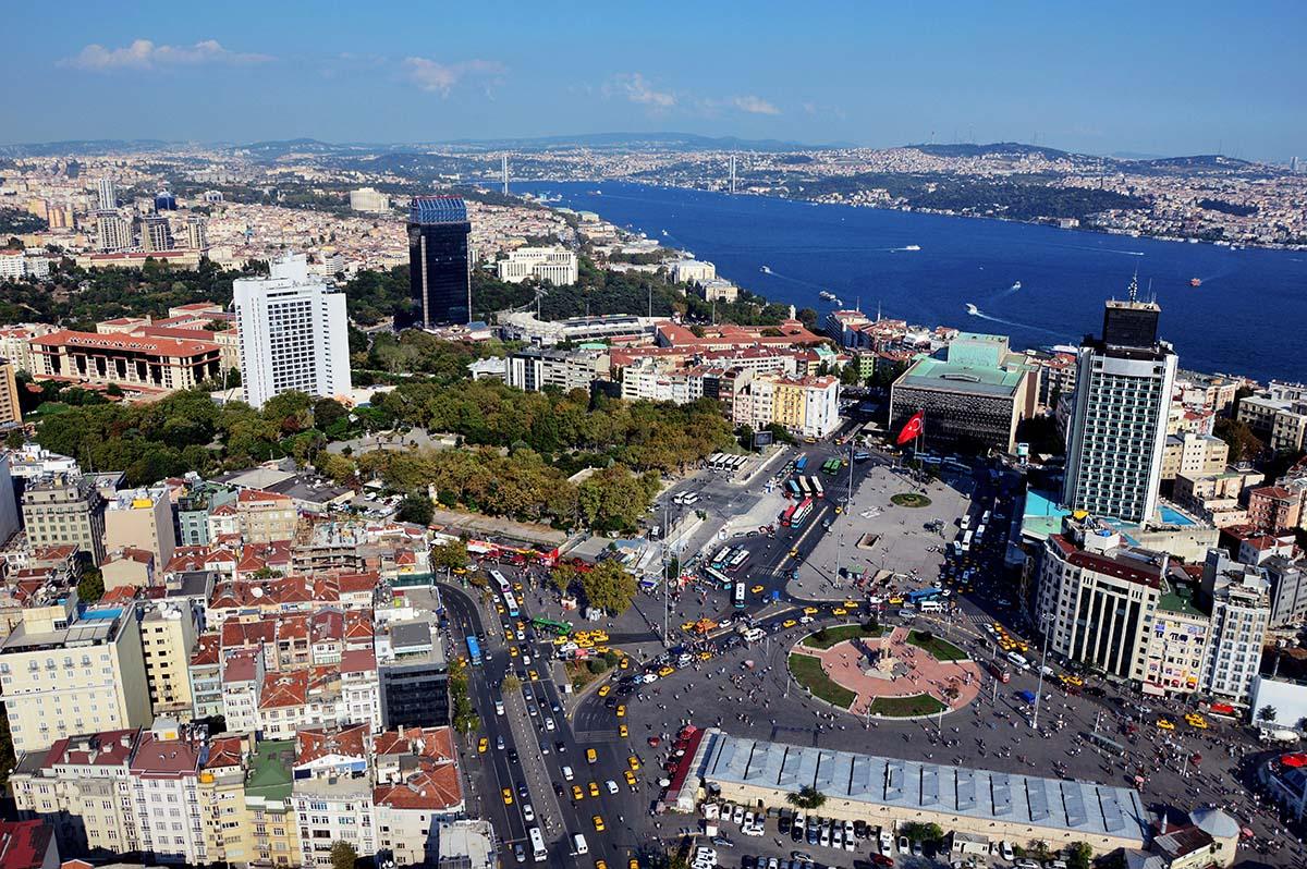 La plaza Taksim (Taksim Meydani), en la parte europea de la ciudad, es el corazón de la zona más moderna de Estambul