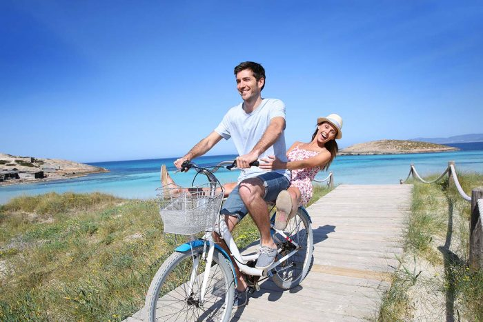 Alquilar una moto o bici para ver Formentera