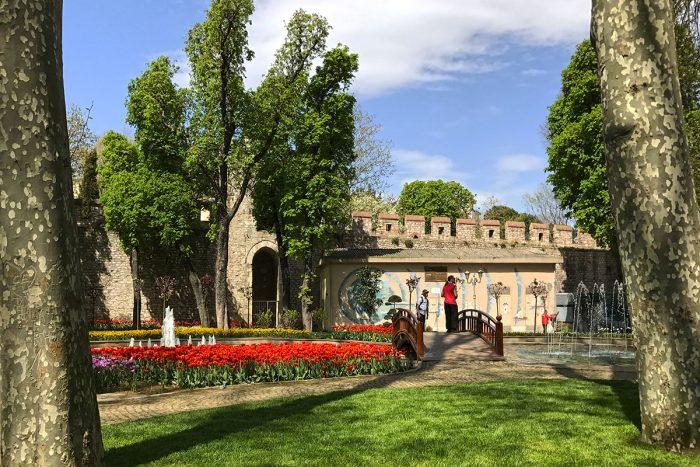Descansar del ajetreo de la ciudad de Estambul en el parque Gülhane