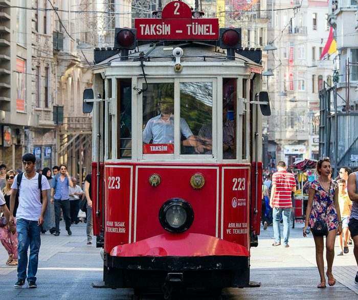 Caminar por la emblematica calles de istikal entre las cosas para hacer en Estambul