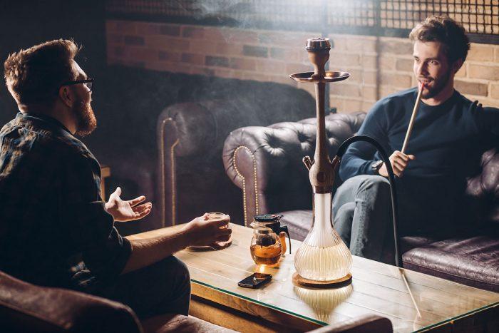 Fumar una narguile en Estambul para experimentar