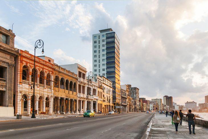 Visita El malecón, el alma de La Habana.