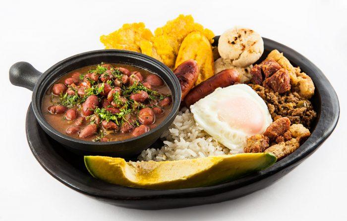 La bandeja paisa es un plato típico que puedes degustar en Medellín