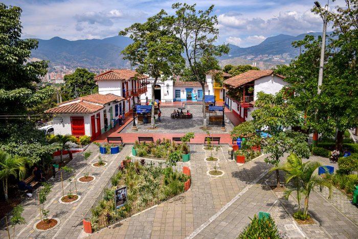 Visitar el Pueblito Paisa de Medellín.