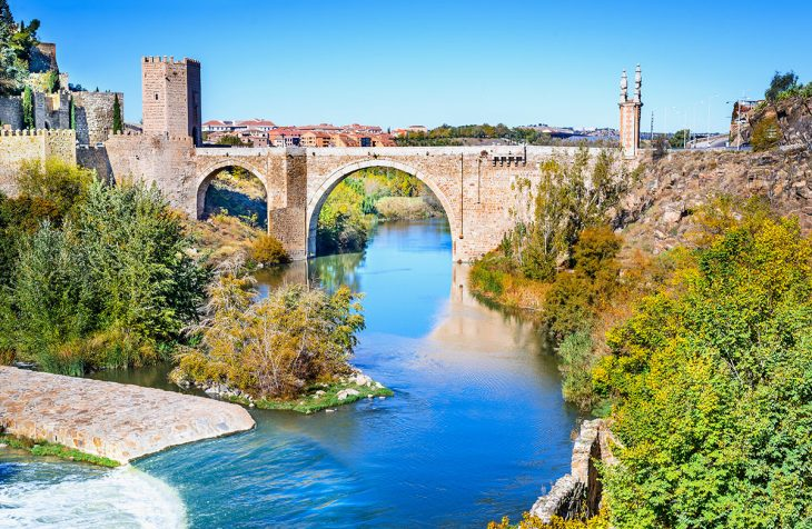 Una de las cosas que hacer en Toledo es cruzar este magnífico puente de dos arcos Alcàntara