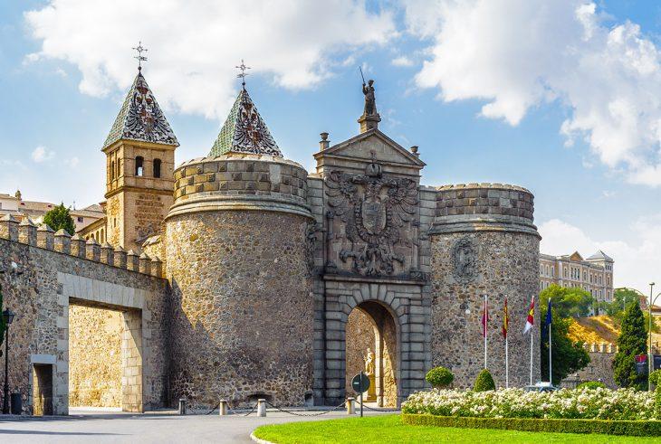 Penetrar en la ciudad de Toledo a través de la impresionante Puerta de Bisagra