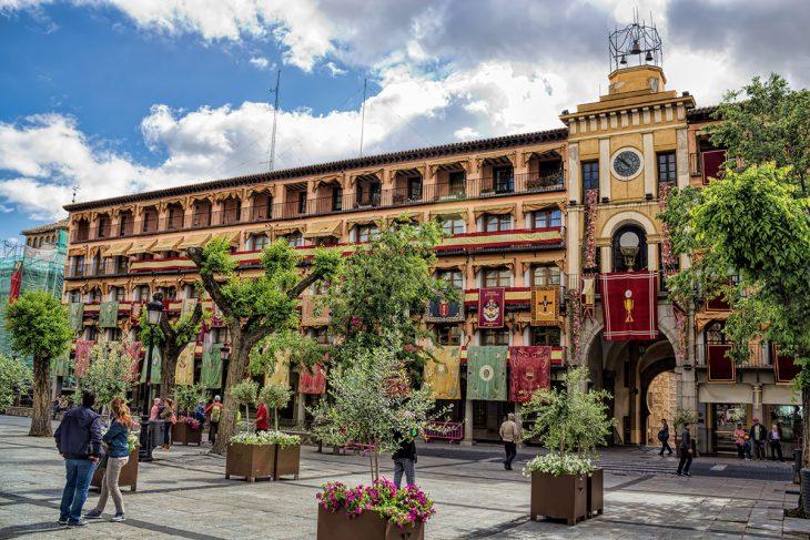 Entre los planes para hacer en Toledo: visitar la plaza de Zocodover