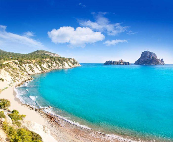 Visita Las Mejores Playas de Ibiza: Cala d'Hort y es sus vistas a los islotes de Es Vedrá y Es Vedranell.