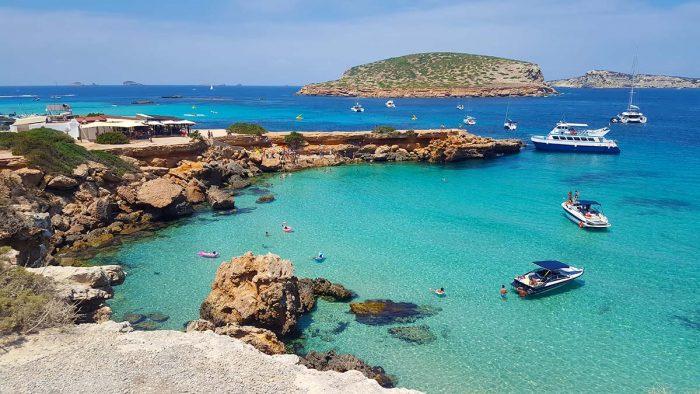 Playa de Comte: playa extensa y tranquila para familias en ibiza