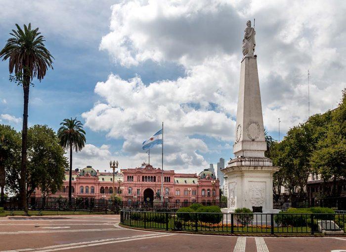 Conocer la la Plaza dos de Mayo en Buenos Aires
