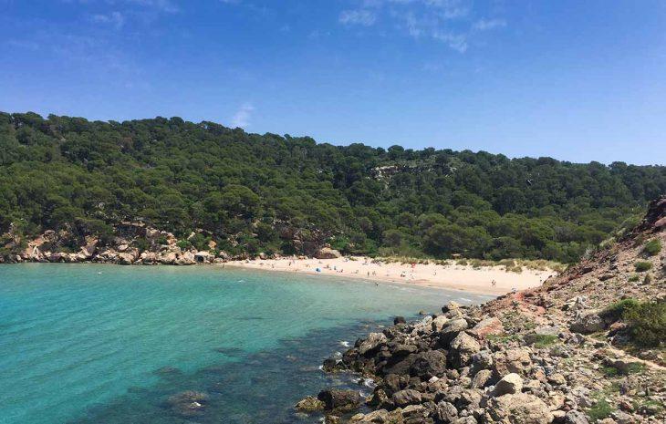 La Vall d'Algaiarens playa de arenas blancas y aguas turquesas en Menorca