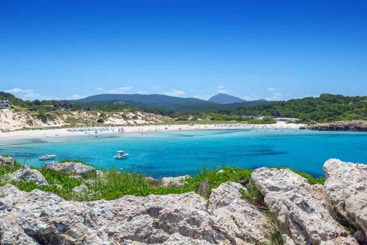 Son Saura se encuentra en la costa sur de la isla de Menorca