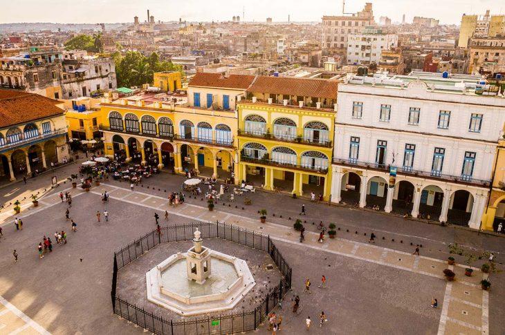 Pasear por la Plaza Vieja en La Habana, Cuba