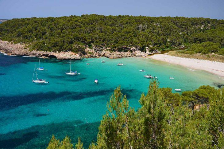 Trebaluger una de las playas de Menorca más bonitas.