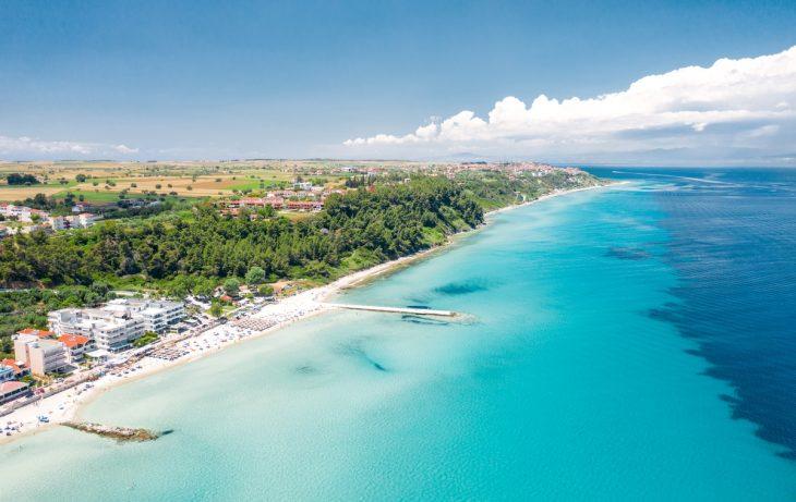 Kallithea, zona de playa tranquila con aguas termales
