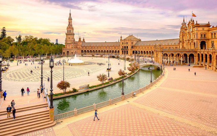 La Plaza España de Sevilla, un imprescindible lugar que visitar