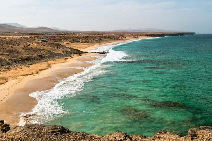 Playa Aljibe de la Cueva: surferos y  kitesurferos en Fuerteventura