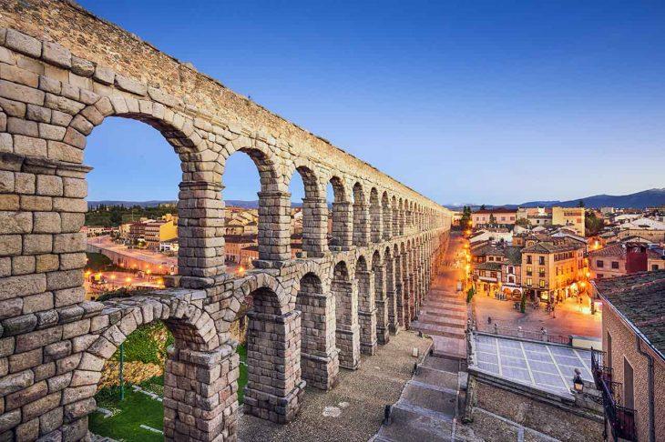 Admirar el majestuoso acueducto de Segovia.
