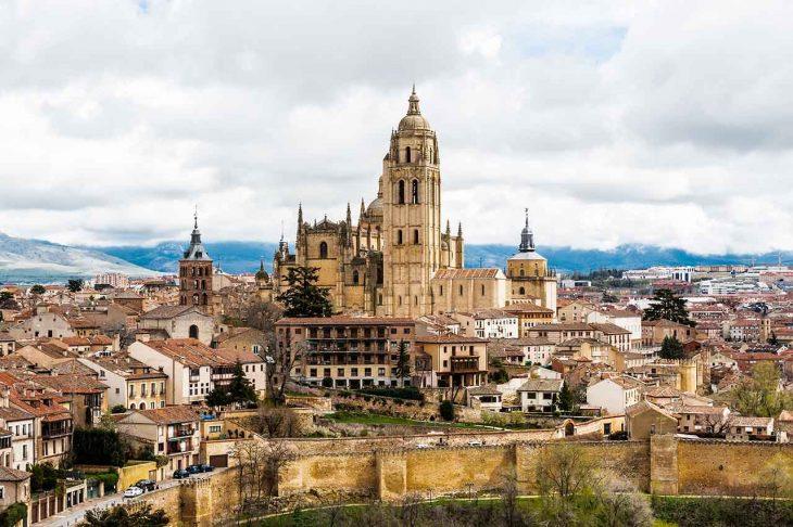 Visitar la emblemática muralla segoviana, que rodea el casco histórico para hacer en Segovia