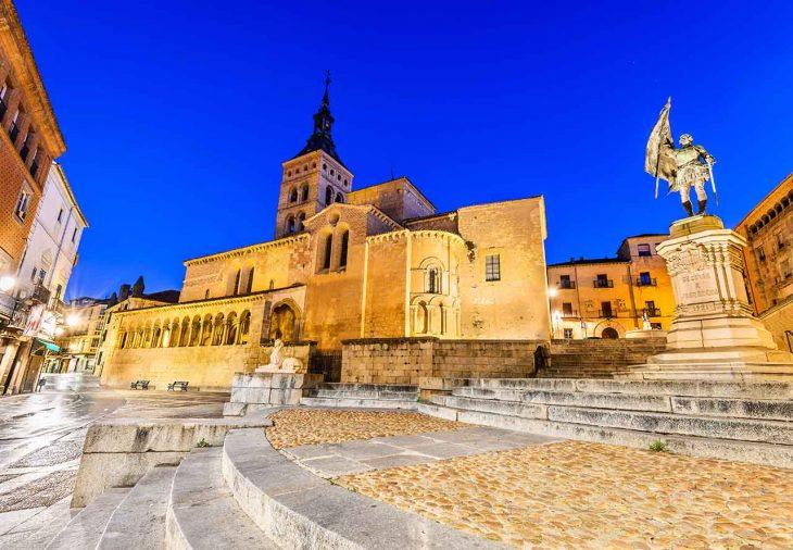 Pasear por la encantadora plaza de Medina del Campo.